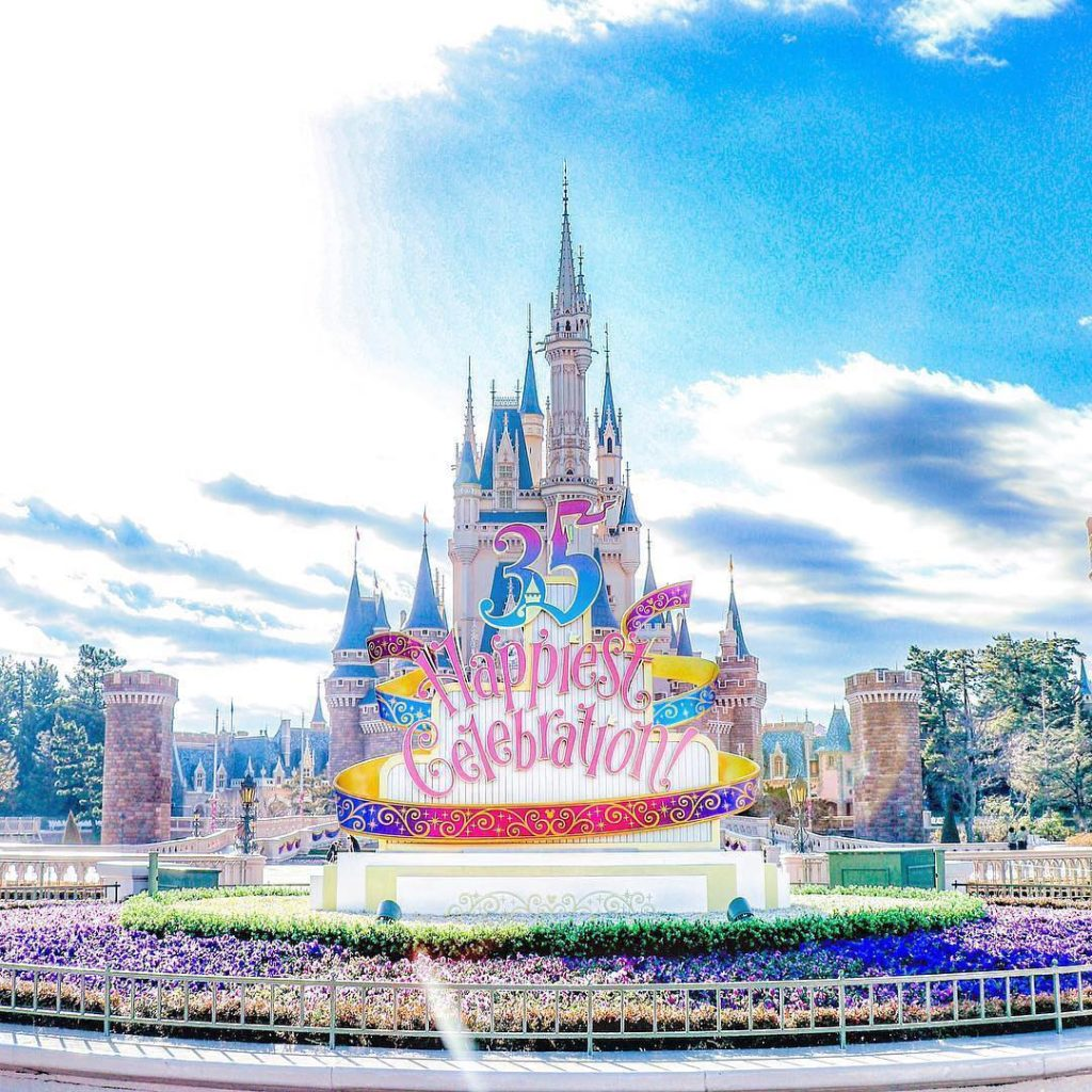 Have you enjoyed the 35th Anniversary? 朝のパークを独り占め! (Photo:@shkhzm0629)  #cindere...