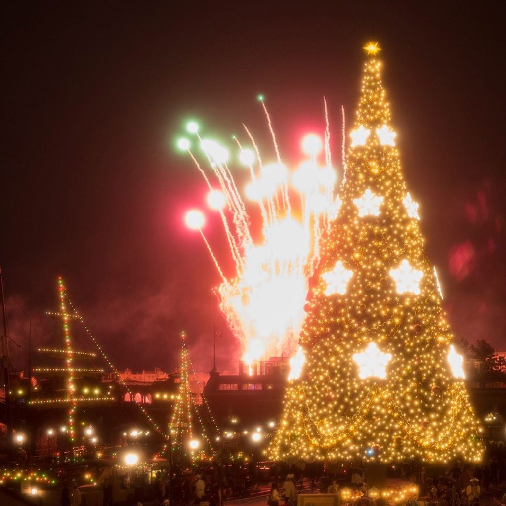 Perfect timing! あざやかなクリスマス♪ #disneychristmas #americanwaterfront #tokyodisneysea...
