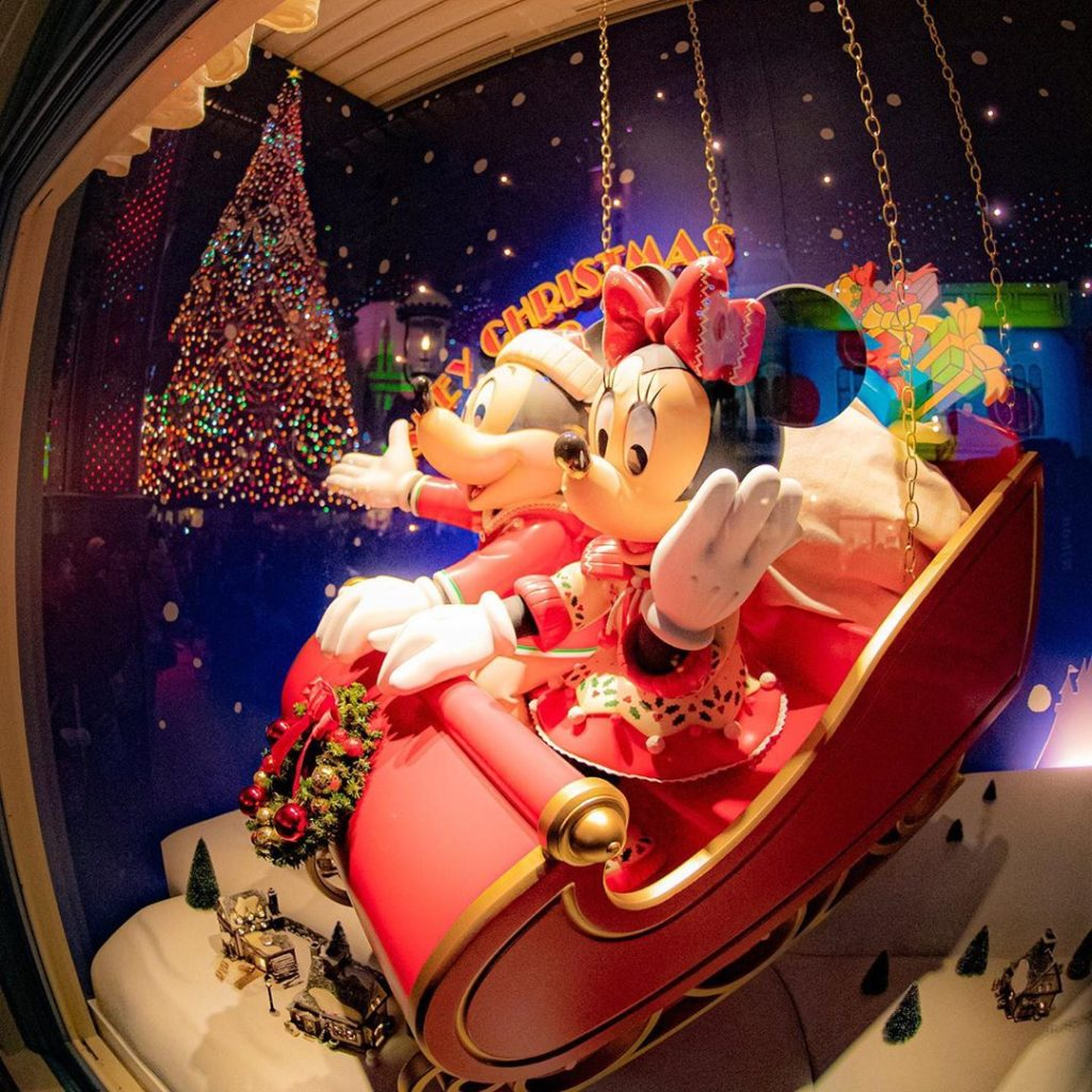 Mickey and Minnie are coming to town! ハピネスがつまったプレゼントをお届け☆ #disneychristmas #worl...
