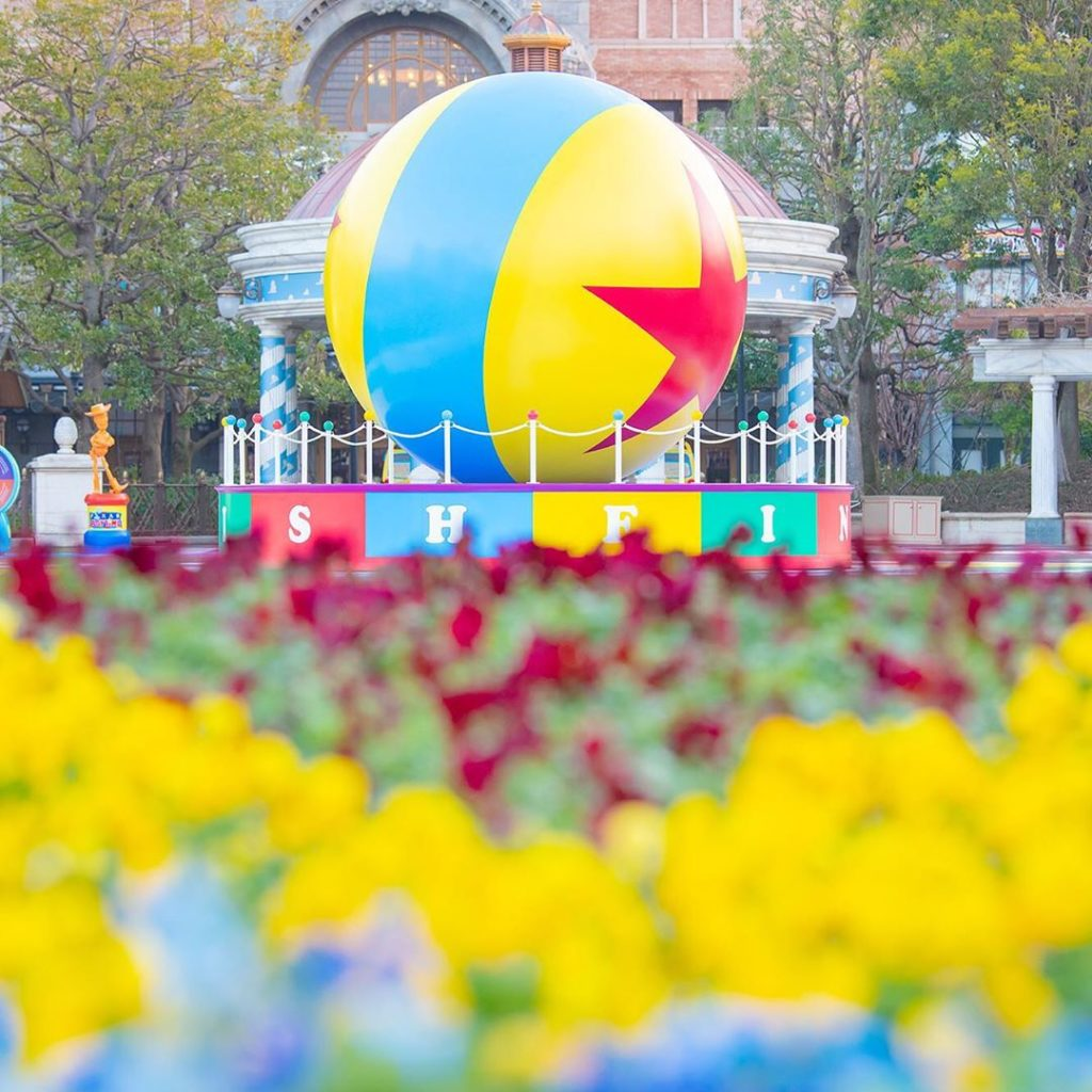 Find your favorite angle of the Pixar ball! ピクサー・ボールは、パークのあちこちに☆ #pixarplaytime ...